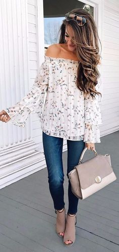 9 Provas que a estampa floral deixa qualquer look charmoso. Blusa com decote ombro a ombro com manga de babados, calça jeans skinny, ankle boot marrom