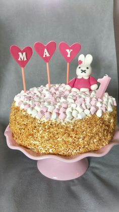 Slagroomtaart met aardbeien bavarois en aardbeien en mini marshmallows
