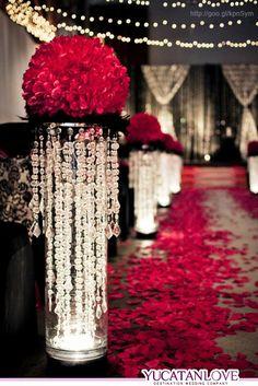 Decoración para la ceremonia de la boda en color rojo intenso #red #Wedding #decor #YUCATANLOVE