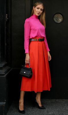 Длина миди сейчас - самая модная и актуальная, в связи с осенними холодами. А еще такие юбки очень практичные - в них, в отличие от мини, можно отправиться в офис, а ходить по улице в них гораздо удобнее, чем в макси. Они отлично сочетаются с обувью на высоком каблуке или без каблука, создавая либо озорной и энергичный, либо сдержанный и романтичный образ, в зависимости от ситуации. Как и с чем носить юбку миди 1. Модная плиссированная юбка цвета металлик со спортивной обувью 2. Юбка миди с…