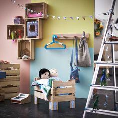IKEA KNAGGLIG Kästen in einem bunten Kinderzimmer als Puppenbett und als Aufbewahrung an der Wand.