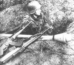 SS dans son trou de fusilier attend l'assaut de l'ennemi.