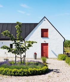 Scandinavian Farmhouse Design Ideas - The idea was supposed to make it resemble a European style kitchen. Besides below ideas, you can try out the other suggestions to fit your needs for a. by Joey Swedish Farmhouse, Swedish Cottage, Modern Farmhouse Exterior, Swedish House, Farmhouse Design, Exterior Trim, Exterior Design, Interior And Exterior, Exterior Paint