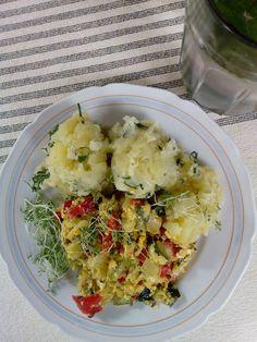 Nejprve uvařím brambory, které trochu osolím. Po uvaření je omastím máslem, dochutím koprem, pažitkou a cibulkou a pak rozmačkám.Všechnu zeleninu...