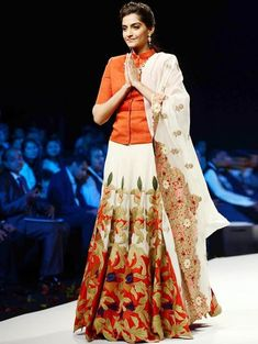 Sonam Kapoor wore a red and white ensemble by designer Anamika Khanna at the India International Jewellery week. Indian Celebrities, Bollywood Celebrities, Bollywood Fashion, Sonam Kapoor, Indian Attire, Indian Ethnic Wear, Indian Dresses, Indian Outfits, Estilo India