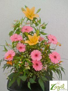 #FloreriaenCancún  #Floreriazazil www.floreriazazil.com Arreglo de gerberas y lilis. #cancunflorist