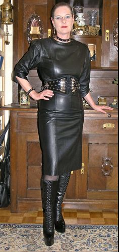Sexy Older Women, Classy Women, Hot Outfits, Fashion Outfits, High Waisted Leather Leggings, Hot Goth Girls, Mini Dress Formal, Black Leather Dresses, Leather Fashion