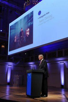 Der Laudator Ekkehard D. Schulz würdigt Sven Döring, den Gewinner des PUNKT 2013 in der Kategorie Foto.