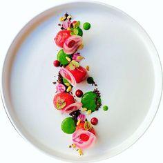 Marco Tola @marco_tola_chef Gnocco alla rapa rossa ripieno di ricotta, crema di spinaci, terra di olive taggiasche, pinoli tostati