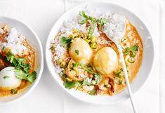 Reis nach Packungsanleitung garen und warm halten.Währenddessen Wasser in einem Topf aufkochen und die Eier darin 6 Minutenkochen lassen. Jungzwiebeln putzen und in feine Ringe ... Thai Red Curry, Veggies, Cooking, Ethnic Recipes, Food, Savory Foods, Eggs, Meal, Kitchen