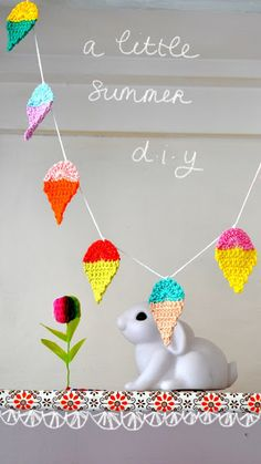 Little summer garland, free pattern by ingthings in Dutch, but there is a diagram for the top. Triangular bunting pattern then add... xox Crochet Food, Crochet Bebe, Cute Crochet, Crochet Yarn, Crochet Motif, Crochet Flowers, Crochet Crafts, Crochet Projects, Crochet Patterns