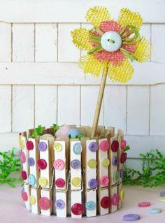original cesta de pascua con pinzas para la ropa