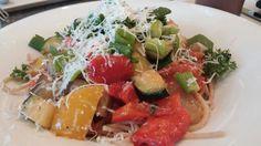 Vollkorn Spaghetti mit mediterraner Gemüse Bolognese von Zucchini, Paprika, Zwiebel und geriebenem Parmesan