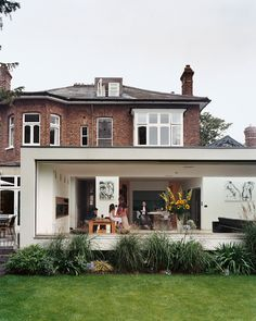 Architect Gregory Phillips connected the original house to a new modern extension that doesn't interfere with the surrounding houses.