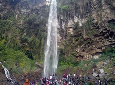 Tawangmangu waterfall, one of the popular tourist attractions in Solo, central Java in Indonesia (Photo: Hosea/VOA reader)