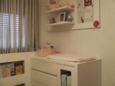 Quarto bebê | O trocador for desenvolvido em marcenaria sob medida em conjunto com as estantes e o painel de recados | O painel, feito em metal, permite a fixação de receitas médicas, dicas de alimentação e horários, um objeto útil e decorativo | marcelasantiago.com.br