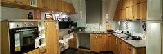 Küche mit Dachschräge und  höhergestellter Wandregale, Asymmetrie in der Küche, IKEA