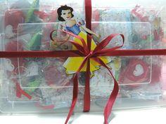 """Kit de Lembrancinhas contendo: - 50 Chaveiros em Feltro, aromatizados, tema """"Maçãzinha da Branca de Neve"""", embalagem individual (saquinho + lacinho) - Caixa Plástica + Fita - Branca de Neve em MDF (madeira pintada) R$ 240,00"""