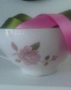Hermosa taza porcelana antigua cargada de listones!