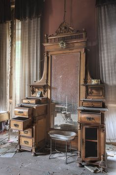 Left behind in an abandoned home. Who in their right mind would abandon that beautiful piece of furniture? Abandoned Mansion For Sale, Abandoned Mansions, Abandoned Houses, Abandoned Places, Old Houses, Abandoned Castles, Abandoned Library, Haunted Places, Victorian Furniture