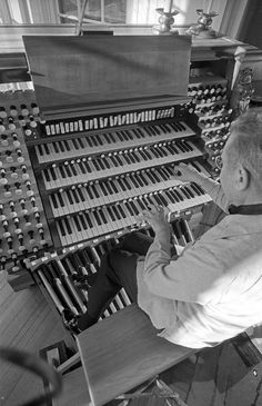 Virgil Fox at his residence organ. Photo credit: Hager Stinson