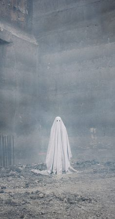 """thefilmstage: """"Mark your calendars. will release David Lowery's A Ghost Story, the best film we saw at Sundance, on July """" Fall Wallpaper, Halloween Wallpaper, Wallpaper Backgrounds, Halloween Art, Vintage Halloween, Fotografia Vsco, Sheet Ghost, Ghost Photography, Ghost Pictures"""