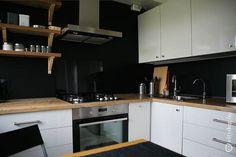 П-образная белая кухня со столешницей-подоконником на 6 кв. м