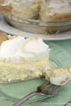 Pineapple cream pie is a lightly sweetened pie with creamy pineapple custard and toasted meringue. This easy pie recipe creates the perfect easy dessert. 13 Desserts, Pudding Desserts, Delicious Desserts, Yummy Food, Plated Desserts, Lemon Desserts, Dessert Crepes, Dessert Aux Fruits, Easy Pie Recipes