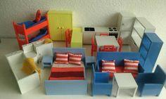 Biete hier eine komplette Einrichtung für ein Puppenhaus an.Die Möbel sind aus Kunststoff und alle Türen,Schubladen Toilette…