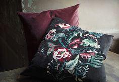 Un cuscino scuro con motivo floreale e un cuscino rosso in velluto - IKEA ♦๏~✿✿✿~☼๏♥๏花✨✿写☆☀🌸🌿🎄🎄🎄❁~⊱✿ღ~❥༺♡༻🌺<MO Jan ♥⛩⚘☮️ ❋ Ikea Us, Best Home Interior Design, Nordic Home, Cotton Velvet, Red Velvet, Velvet Cushions, Cool House Designs, Fall Collections, Interior Inspiration