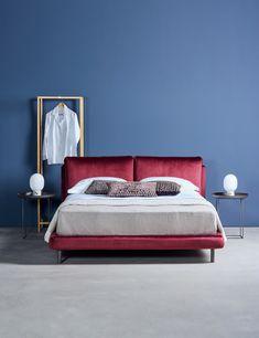 """Sebastian Herkner designte für Schramm das bordeauxrote Bett """"Ono"""". Für ihn hat Gemütlichkeit oberste Priorität; ein Bett, findet Herkner, muss ein Allrounder sein, in dem man lesen, frühstücken und auch arbeiten kann."""