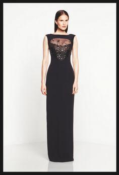 Vestido de fiesta largo en color negro con escote ilusión y silueta de corte recto - Foto Monique Lhuillier