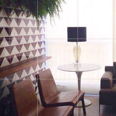 Lurca Azulejos | Azulejos Raiz Roxa no projeto dos @dmpsoares e @pedrogustavo | Raiz Purple - Ceramic Tiles // Shop Online www.lurca.com.br #azulejos #azulejosdecorados #revestimento #arquitetura #reforma #decoração #interiores #decor #casa #sala #design #cerâmica #tiles #ceramictiles #architecture #interiors #homestyle #livingroom #wall #homedecor #lurca #lurcaazulejos