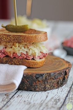 You're going to love this vegan reuben jackfruit sandwich. It is packed with corned jackfruit, crunchy sauerkraut, and tangy Thousand Island dressing on toasted marbled rye. It's a flavor-packed lunch or dinner that truly delivers. Jackfruit Carnitas, Jackfruit Curry, Reuben Sandwich, Sandwich Recipes, Best Jackfruit Recipes, Jackfruit Sandwich, Wrap Sandwiches, Vegan Sandwiches