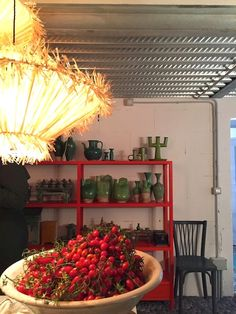 Pizza and wine at the home of Paola Navone (Vosgesparis) vosgesparis: Pizza und Wein bei Paola Navone Kitchen Workshop, Paola Style, Paola Navone, Pizza, Interior Decorating, Interior Design, Large Table, Milan Design, Small Places