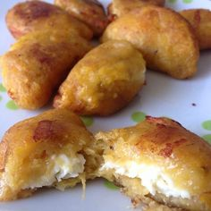 Give your life some meaning with these plantain empanadas. Canapes Recipes, Snack Recipes, Cooking Recipes, Appetizers, Plantain Recipes, Banana Recipes, Venezuelan Food, Empanadas Recipe, Mini Empanadas