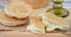 Panzerotti al formaggio fritti o al forno facili da fare e senza lievitazione. Si fanno in un'oretta e vedrete che cena sfiziosa preparerete.
