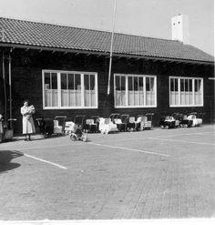Noordoostpolder: Emmeloord. Kinderwagens voor het consultatiebureau (in het voormalige dorpshuis), 1950  Fotocollectie Nieuw Land, RIJP; J. Potuyt