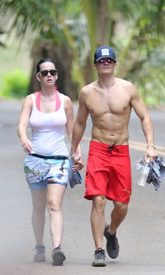 Katy Perry Shows Off Her Bikini Body While Holding Hands With Orlando Bloom Katy Perry and Orlando Bloom are definitely an item! The couple was spotted looking extremely loved up during a romantic getaway to Hawaii this week. Katy and Katy Perry Bikini, Katy Perry Body, Celebrity Bikini, Celebrity Dads, Celebrity Gossip, Celebrity Style, Orlando Bloom, Eyeliner For Hooded Eyes, Men Accessories