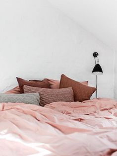 Love the lamp and the warm color scheme of the bed #Millennialpink #pillows