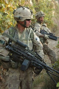 Soldiers from Alpha Company, battalion, Princess Patricia's Canadian Light Infantry, sweeping through Panjwaii District of Kandahar Province, Afghanistan as part of Operation MEDUSA. Military Gear, Military Police, Military Weapons, Force Pictures, Tactical Wall, Canadian Army, Canada, Lest We Forget, Special Forces