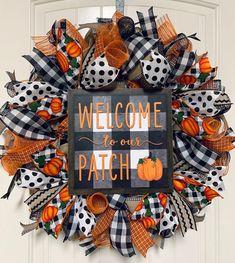 Autumn Wreaths For Front Door, Halloween Door Wreaths, Fall Mesh Wreaths, Fall Deco Mesh, Diy Fall Wreath, Wreath Crafts, Deco Mesh Wreaths, Holiday Wreaths, Wreath Ideas