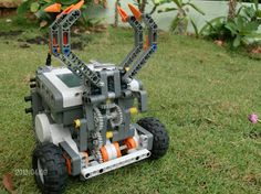 Aula Robótica: Lego NXT robot holds and lifts.