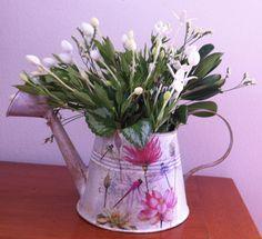 Regadera con flores de san juan que desprenden un rico aroma.