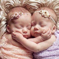 Infant baby girl  twin sisters face grasp Toni Kami ~•❤• Bébé •❤•~  Precious newborn photography idea