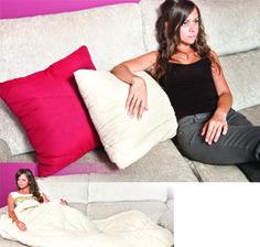 Ahorrar espacio en casa es sencillo con estas ideas! Os dejamos un set de cojín manta, un cojín de 45cm x 45cm que se convierte en un edredon de 140cm x 190cm, una idea genial para tener en el sofá de casa y estar calentitos mientras descansamos. Este set tiene dos cojines uno en beige y otro en granate... seguro que combinan con tu salón. https://www.qualimail.es/articulos/set-2-cojines-edredon