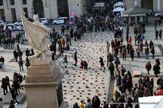"""Zapatos Rojos: progetto d'arte pubblica contro la violenza sulle donne. """"Ogni paio di scarpe, reperito attraverso l'attivazione di una rete di solidarietà, rappresenta una donna e la traccia di una violenza subita. Sistemate ordinatamente lungo un percorso urbano, le scarpe ne ridisegnano lo spazio e l'estetica, visualizzando una marcia di donne assenti, un corteo che sottolinea il dolore che tale mancanza provoca tanto a livello sociale quanto familiare."""" #Torino 2 marzo 2013"""