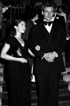 Harrison Ford and Carrie Fisher at the premiere of STAR WARS Ford looks so awkward. Carrie Fisher Harrison Ford, Debbie Reynolds Carrie Fisher, Star Wars I, Star Wars Cast, Mark Hamill, Alec Guinness, Han And Leia, Actrices Hollywood, Love Stars