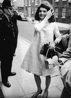 RUTER: En A-formet, rutete kåpe og en matchende, klassisk skinnveske hadde sett like moteriktig ut denne høsten som i 1966. Foto: Getty Imag...