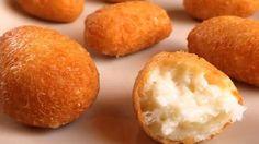 Také si rádi jako přílohu dáte ke šťavnatému kousku masa křehoučké bramborové krokety? Pak Vás dnes potěšíme dvojnásob. Představíme Vám recept, podle kterého si snadno můžete připravit krokety, avšak sýrové sýr. Jejich chuť je naprosto neodolatelná. Každé sýrové sousto se Vám rozplyne na jazyku a Vaše rodina už o jinou …